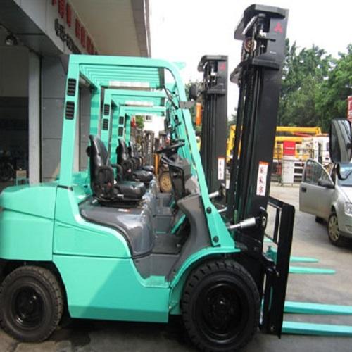 xe nâng dầu chui container