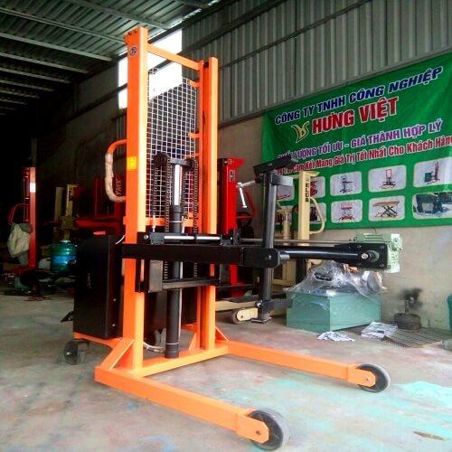 Xe nâng quay đổ phuy dùng điện chất lượng cao chỉ có tại Hưng Việt