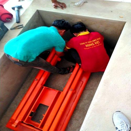 Tiến hành lắp đặt bàn nâng thủy lực 1 tấn 4m