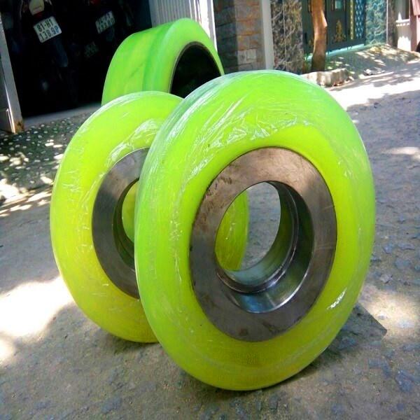 Đắp bánh xe nâng điện Komatsu bằng PU nguyên thủy